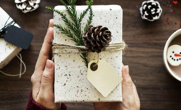 The meaning and symbol of Receive gifts from friends in dream