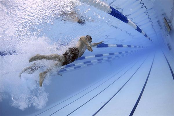 What does swimming choking water mean and symbolize in dreams?