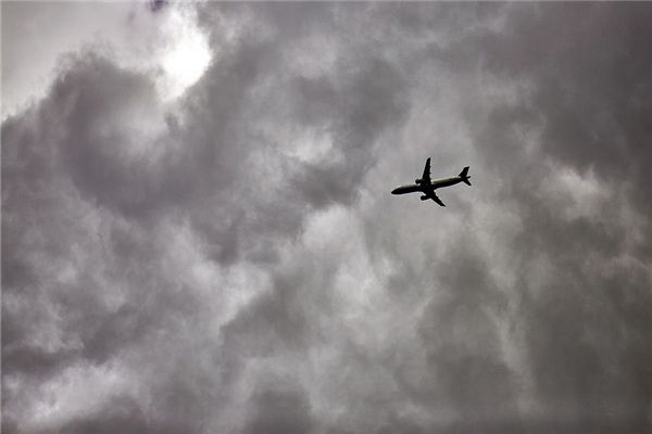What is the meaning and symbol of watching airplanes in dreams?